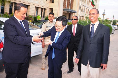 وزير الخارجية خلال تسلم الهدية (الفضيحة)