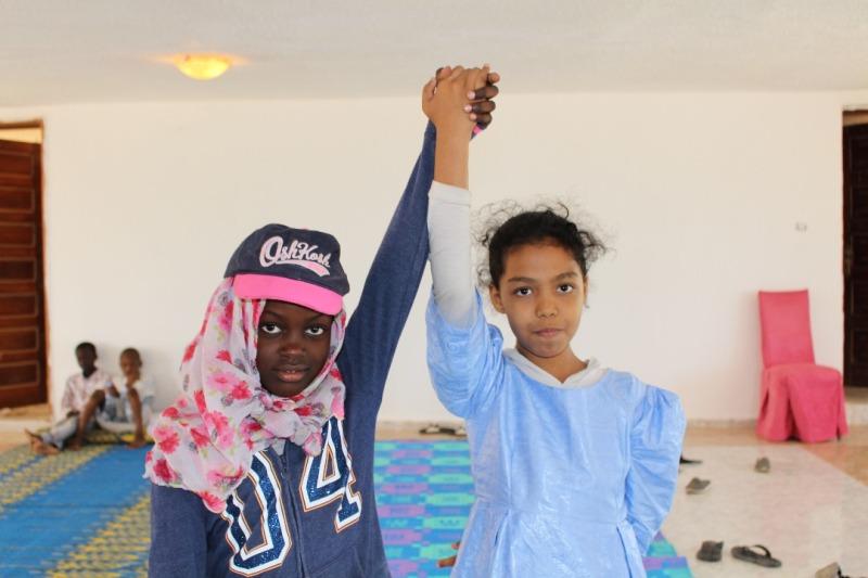 مشاركتان في أحد الأنشطة التفريقية التي تنظمها الجمعية لأطفال من مختلف المكونات العرقية في موريتانيا