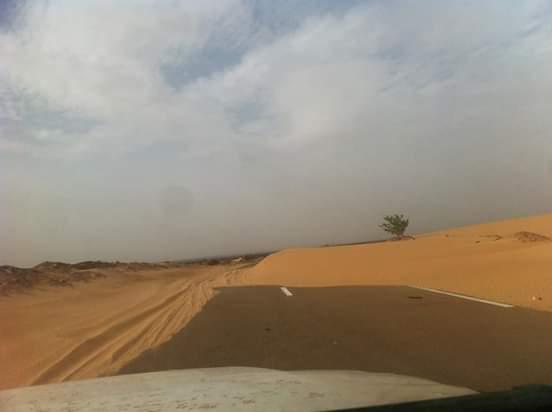 السيارات تعبر بصعوبة بسبب الكثبان الرملية